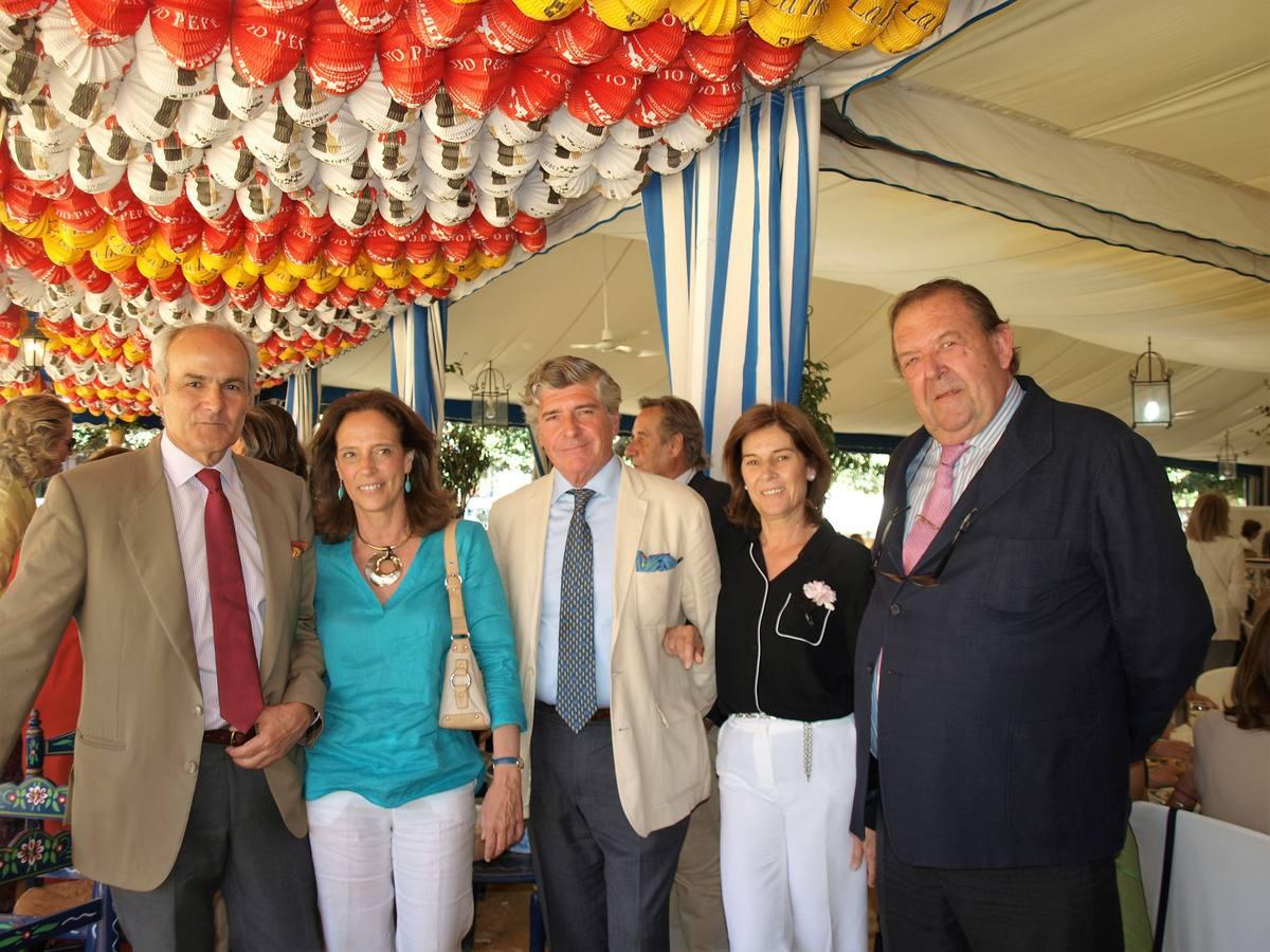 El presidente de la caseta Casino Nacional Francisco Mora-Figueroa, Cecilia Lora, José Joaquín Bethencourt, María Luisa Bohórquez y Afonso Porres