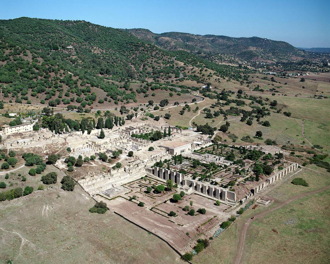 Aquí vemos el yacimiento de Medina Azahara, ubicado en Córdoba (España) donde se encuentran los vestigios de la ciudad palaciega edificada a mediados del siglo X por la dinastía de los Omeyas para que fuera sede del califato de Córdoba.
