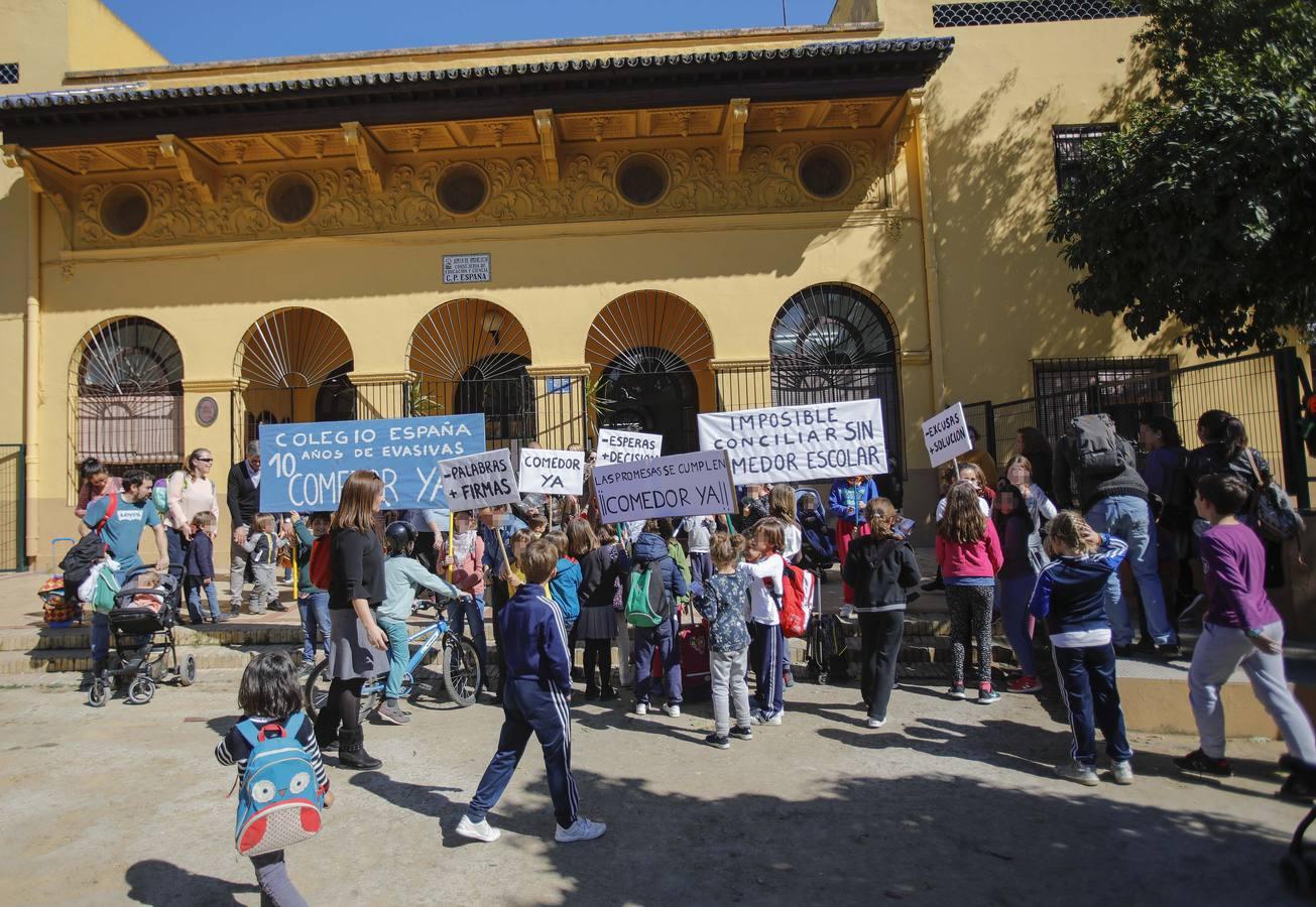 Concentración de protesta pidiendo un comedor en el colegio España