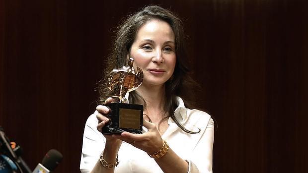 La juez en el momento de recoger su premio como jurista 2015