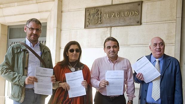 Los funcionarios posan con copias de la denuncia presentada ayer