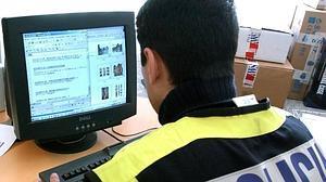Un policía comprueba varios archivos pedófilos en un equipo informático