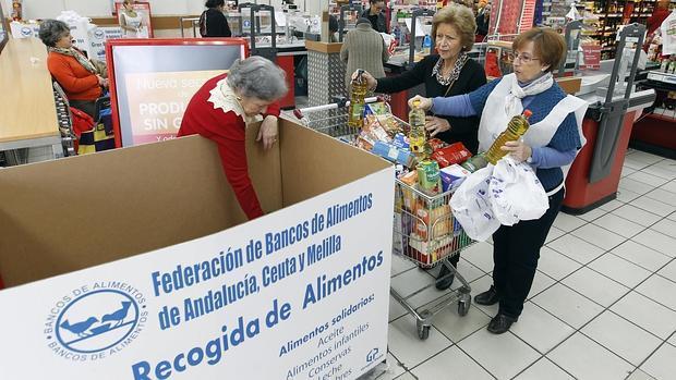 Dos mujeres entregan comida en la Gran Recogida del año pasado