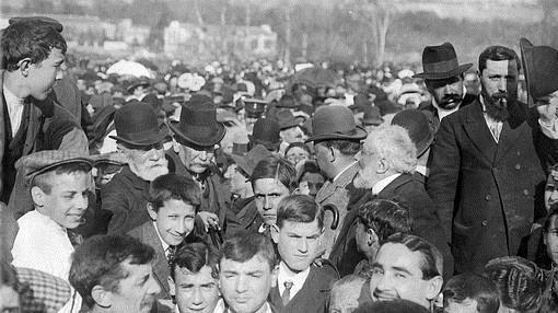 Merienda ciudadana en la que participan Francisco Giner de los Ríos (con barba blanca y sombrero a la izquierda), Benito Pérez Galdós y José Ortega y Gasset