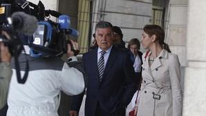 Viera, acompañado por su abogada, en los juzgados de Sevilla