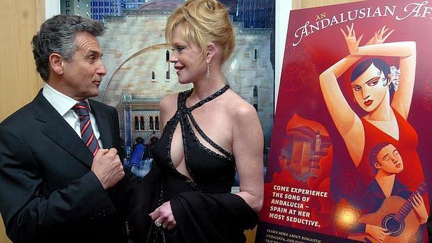 Paulino Plata, consejero de Cultura, con Melanie Griffith, en una gala flamenca