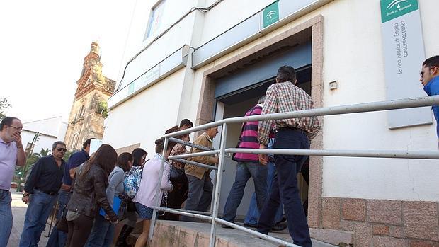 Parados entrando en una oficina de empleo en Córdoba