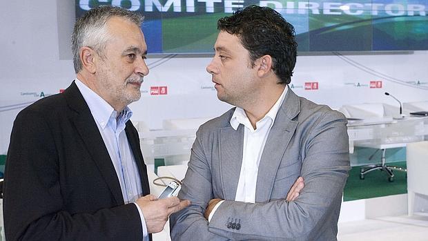 Velasco charla con Griiñán, momentos antes de un comité director