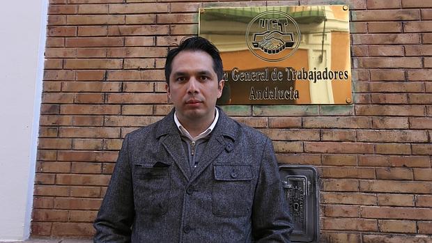 Macías, delante de la sede del sindicato socialista