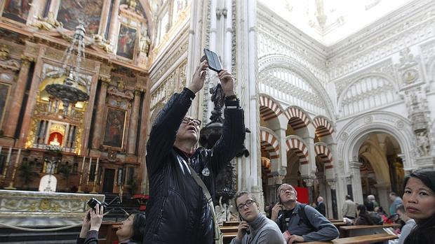 Turistas en el interior de la Mezquita-Catedral de Córdoba