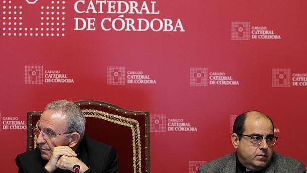 Los canónigos Pérez Moya y Jiménez Güeto, en la mañana de este jueves