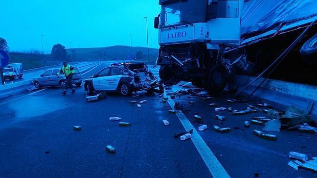 Situación en la que quedaron el camión y el vehículo tras el chcoque