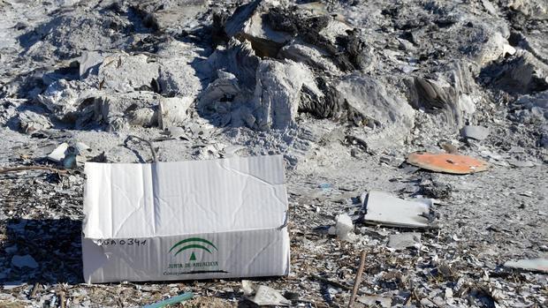 Uno de los restos de las fogatas de material de la Junta en un descampado