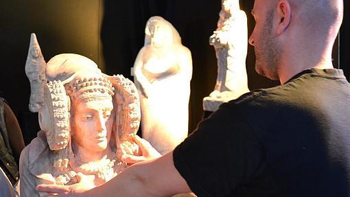 Juan Villa, con la dama de Elche