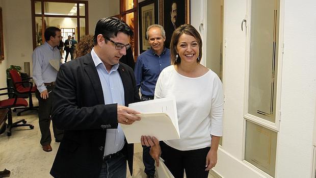 La alcaldesa y, en segundo término, el líder municipal de Ganemos