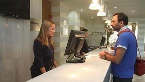 Un turista se registra en un hotel de la capital