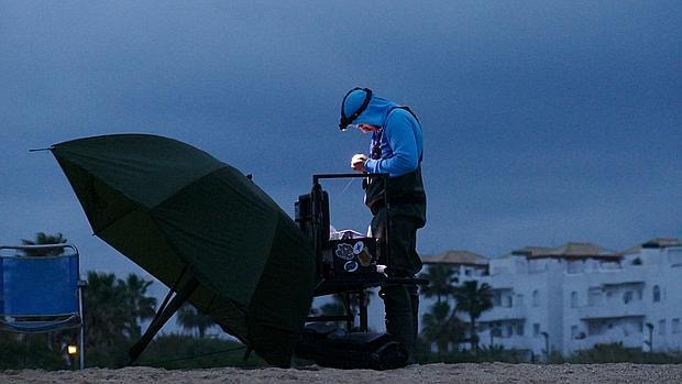 Uno de los miembros del club de pescadores en una noche en la playa