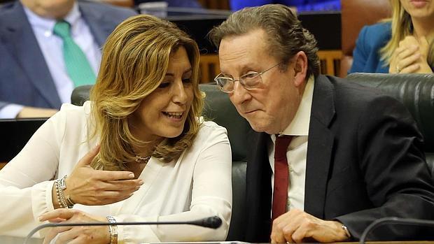 El consejero andaluz de Justicia, Emilio de Llera, junto a Susana Díaz en el pleno de su reprobación