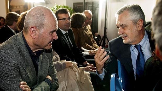 Manuel Chaves charla con José Antonio Griñán en un acto del PSOE