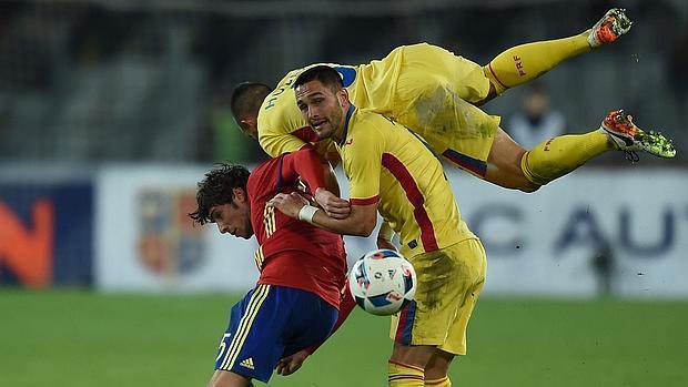 Florin Andone con la elástica rumana en una amistoso contra España