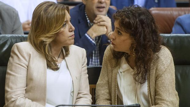 La consejera andaluza de Hacienda, María Jesús Montero, conversando con la presidenta Susana Díaz