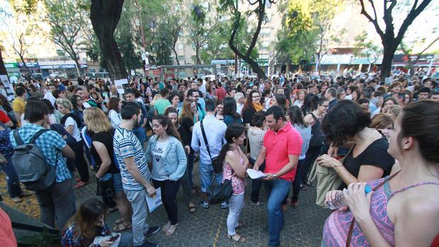 Los opositores esperan en la Facultad de Económicas el iniode las pruebas