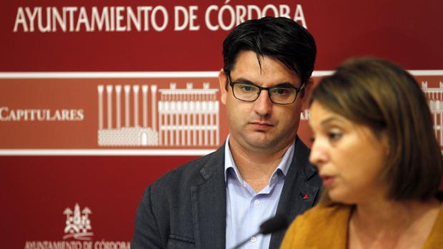 Pedro García, junto a la alcaldesa, Isabel Ambrosio