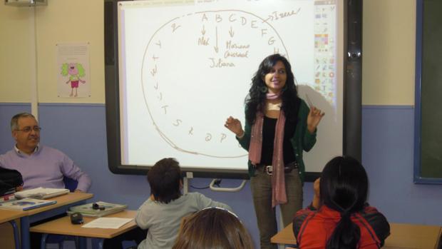 Una profesora imparte clases con una pizarra electrónica