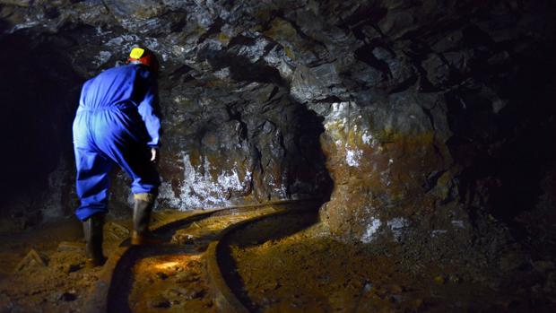 Un minero en el interior de una explotación