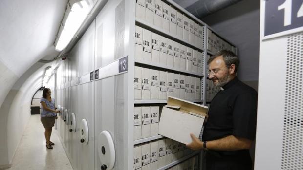 El secretario-canciller del Obispado, en primer plano en el depósito subterráneo de San Pelagio