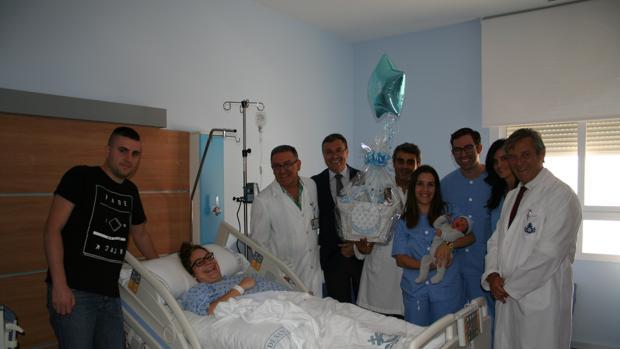 Una de las madres junto al equipo médico