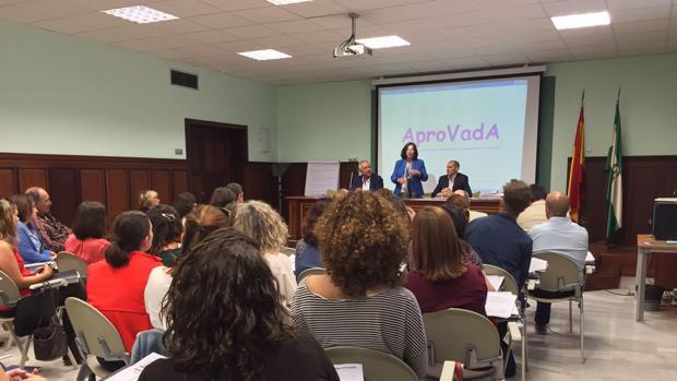 La consejera de Igualdad, María José Sánchez Rubio, en una reunión con la asociación de valoradores