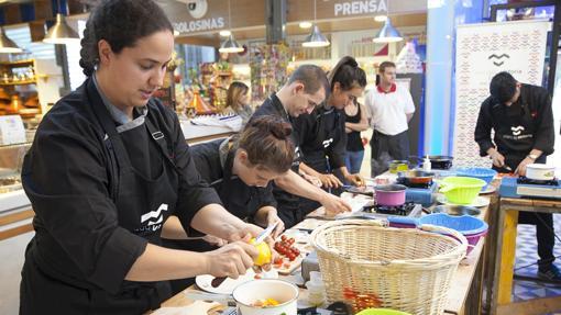 Una de las habituales actividades culinarias que se celebran en el Mercado Victoria