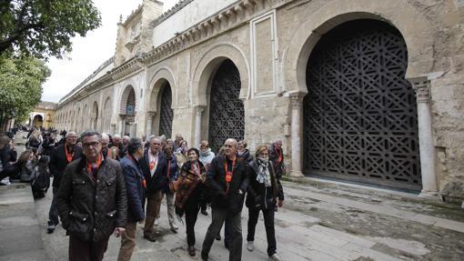 Turistas en el Patio de los Naranjos de la Mezquita-Catedral