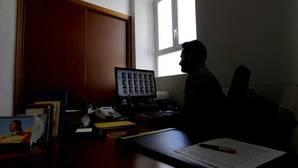 Un agente visualiza imágenes de contenido pedófilo
