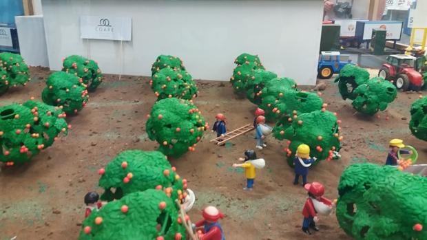 Los Playmobil recogen la naranja de Palma del Río