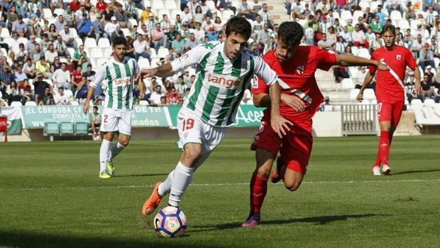 Guille Donoso conduce el esférico ante el lateral sevillista Matos