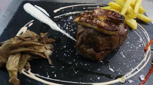 La carne es una de las especialidades del Balcón del Adarve