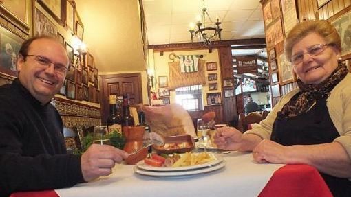 La familia responsable del Tomate come un flamenquín, una de sus especialidades