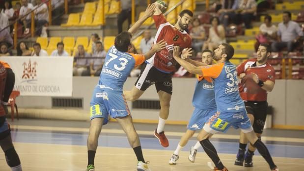 Un momento del partido entre el Cajasur Córdoba y Zumosol ARS en la Copa