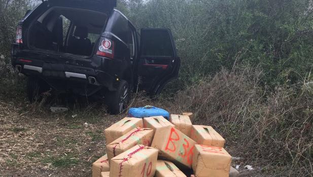 Imagen del vehículo de los narcotraficantes con los fardos de droga que llevaban