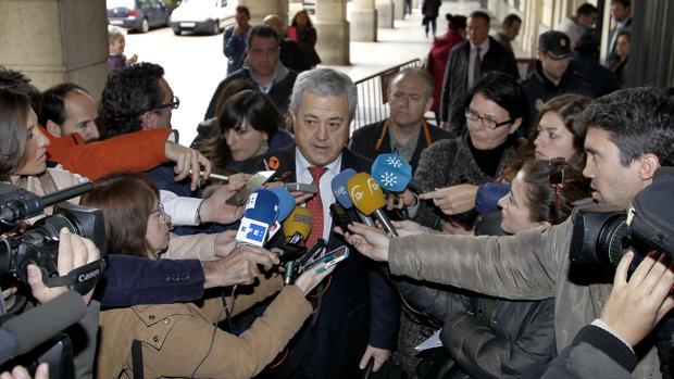 El exconsejero Francisco Vallejo atiende a los periodistas tras una declaración en el juzgado del caso ERE