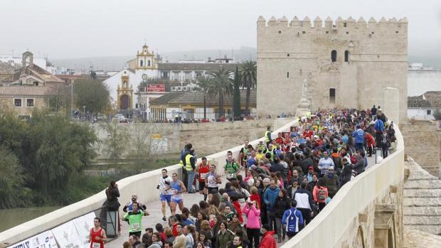 Corredores llegando a la meta, situada en la Puerta del Puente
