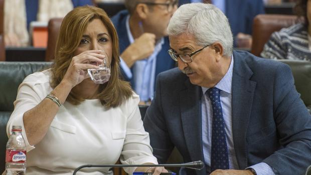 Susana Díaz y Manuel Jiménez Barrios ayer durante la sesión del Parlamento de Andalucía