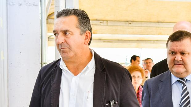 El exdirector de la OCA de Pozoblanco (izquierda) y el delegado de Agricultura de Córdoba