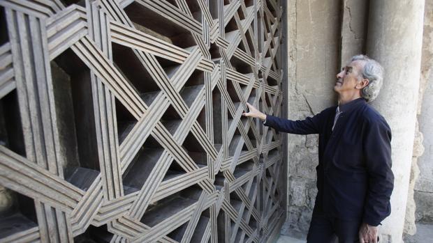 Rafael de la Hoz, junto a la celosía de la Mezquita-Catedral