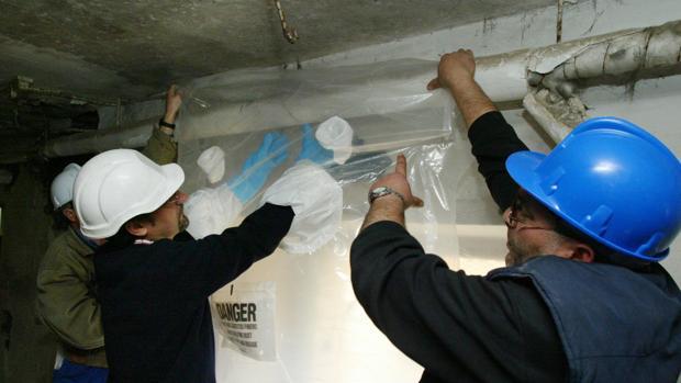 Trabajos de descontamianción de amianto de un edificio