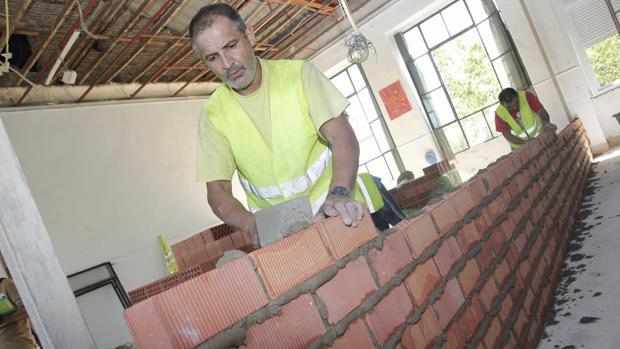 Operarios haciendo obras en un colegio en Córdoba