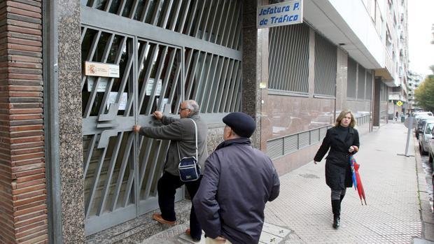 Largas colas en la jefatura provincial de tr fico por - Jefatura provincial de trafico madrid ...