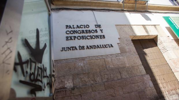 El Palacio de Congresos con el entorno degradado y la puerta cerrada